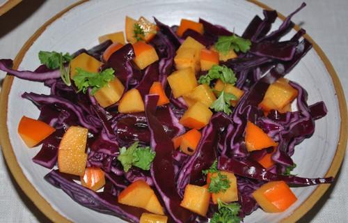 rodkalssallad-med-bitar-av-sharonfrukt-en-frojd-for-oga-och-gom0