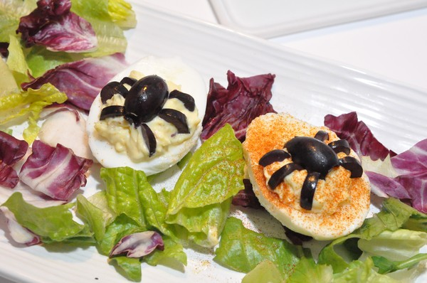 deviled-eggs-med-olivspindlar1