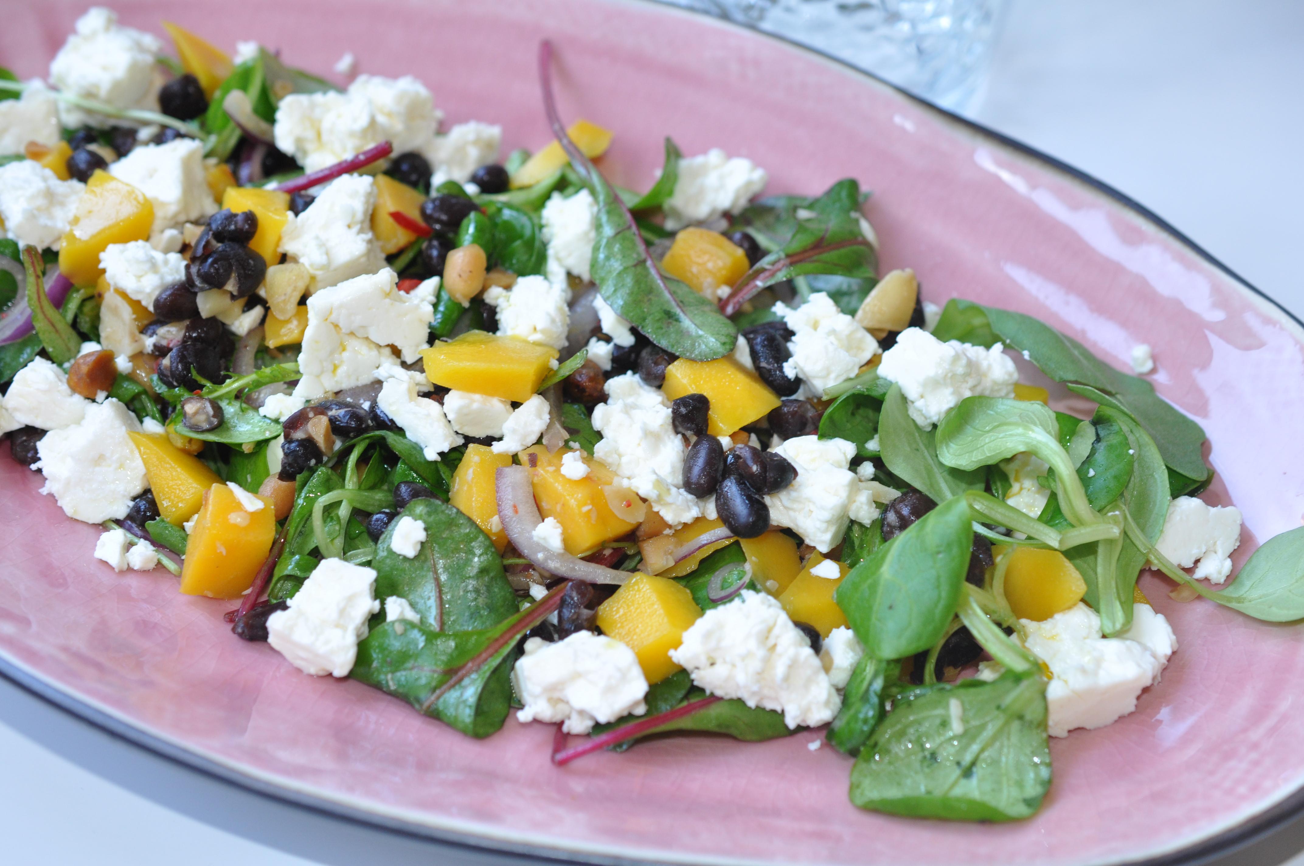 Sallad med mango, feta, svarta bönor