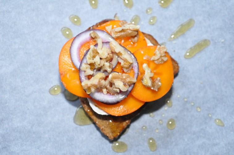 Gratinerad Chevre på toast med persimon