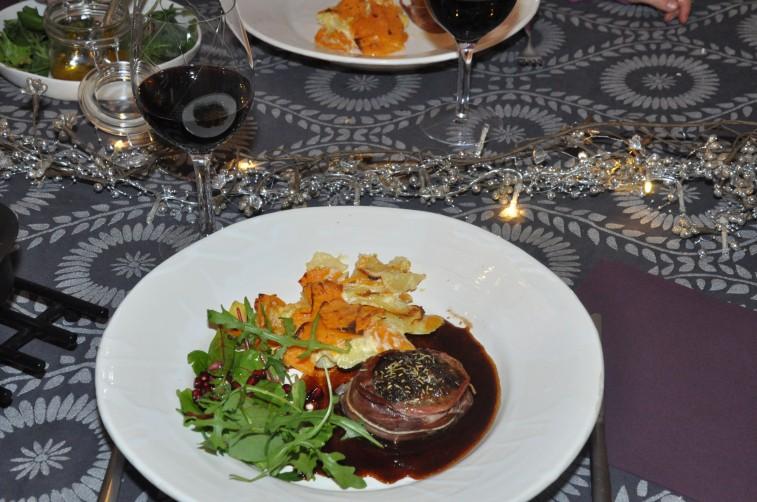 oxfilé med prosciutto parma tppad med plommon och rosmarinsmör med rödvinssås sötpotatis och palsternacks- och potatisgratäng och en sallad med granatäppelkärnor och apelsindressing