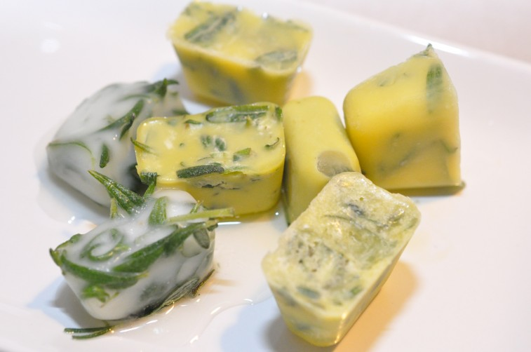 frysa in färska örter i olja smör