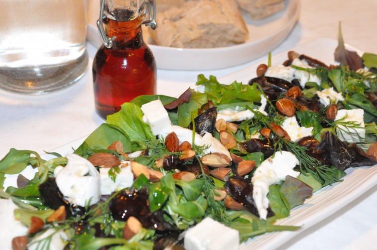 Sallad med medjooldadlar, granatäppelsirap rostade mandlar buffelmozzarella dillkvistar feta