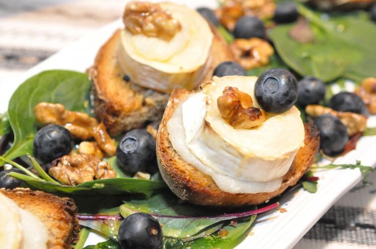Grillad Chèvre med blåbär och valnötter