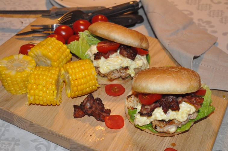 Kycklingburgare med mangosås bacon