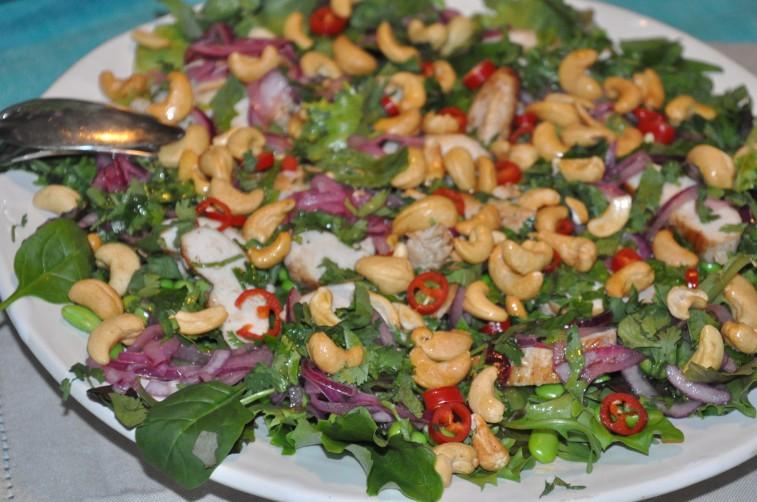 thaiinspirerad-sallad-med-kyckling-cashewnotter-picklad-rodlok-mm0