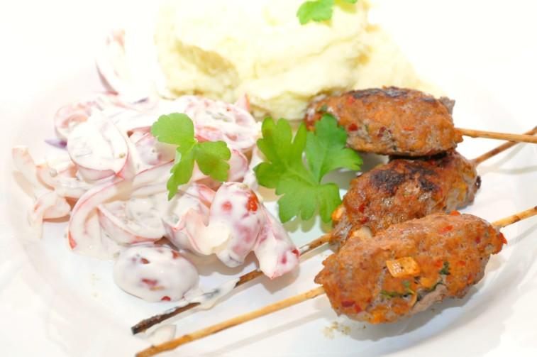 Ajvar- och köttfärsspett med paprika och tomatsallad