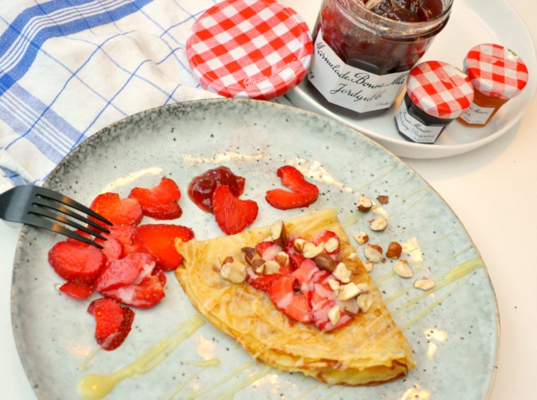 Crepes med jordgubbar vit choklad hasselnötter Bonne Maman