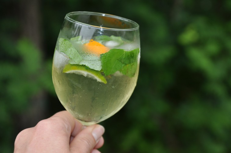 Vin med fläder drink midsommar sommar fräsch