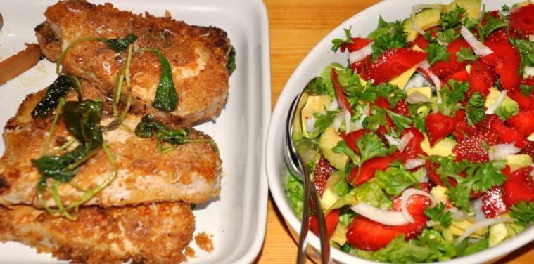 Parmesan panerade kotletter sallad med jordgubbar avokado