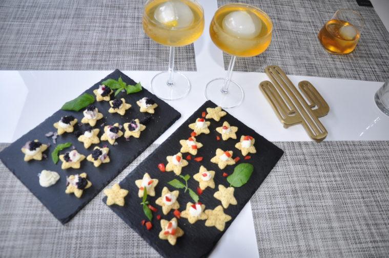 apfel schorle sour cream & onion stjärnor med creme fraiche svart kaviar rödlök