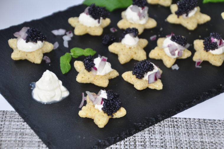 sour cream & onion stjärnor med creme fraiche svart kaviar rödlök