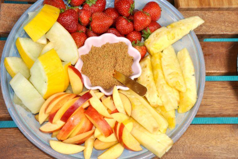 Frukt med kokosblomsocker och lime