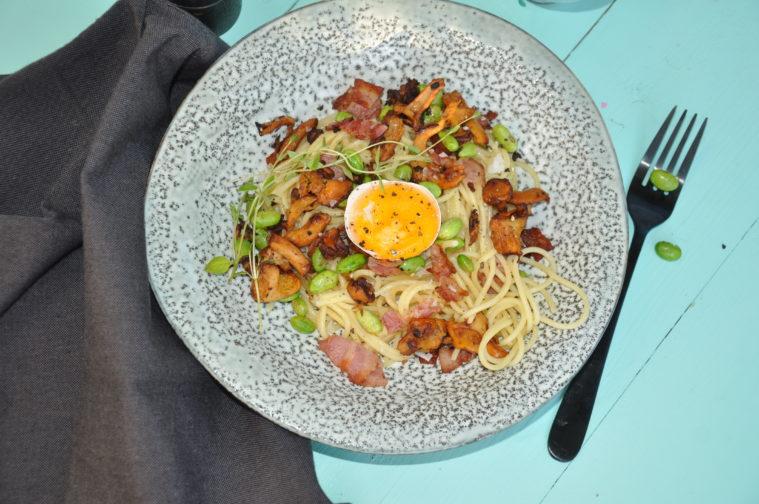 Carbonara med kantareller, bacon och sojabönor