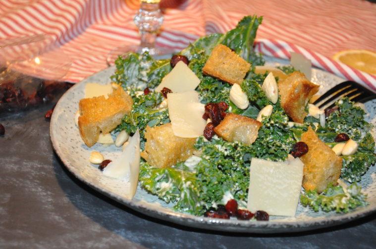 Kale Ceasar Salad Ta fram det bästa grönkålssallad