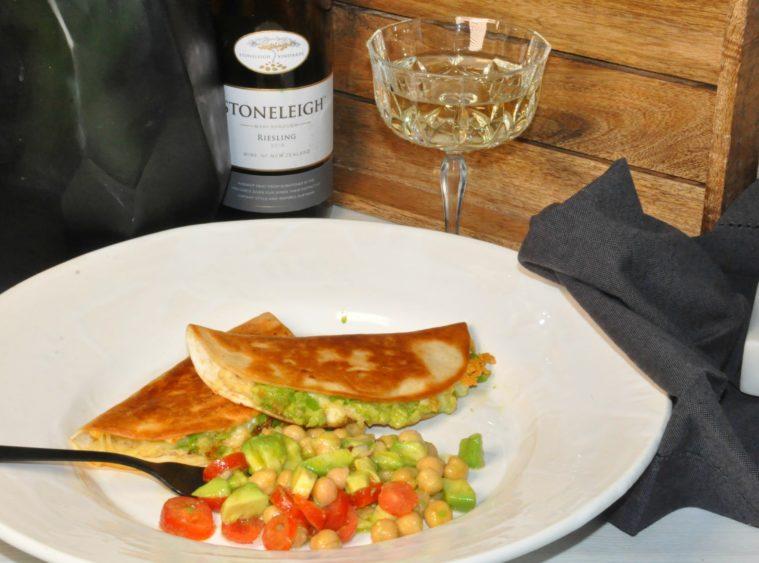 Quesadillas med vit bönkräm avokado ost kikärtor