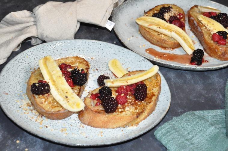 French toast med bär och nötter