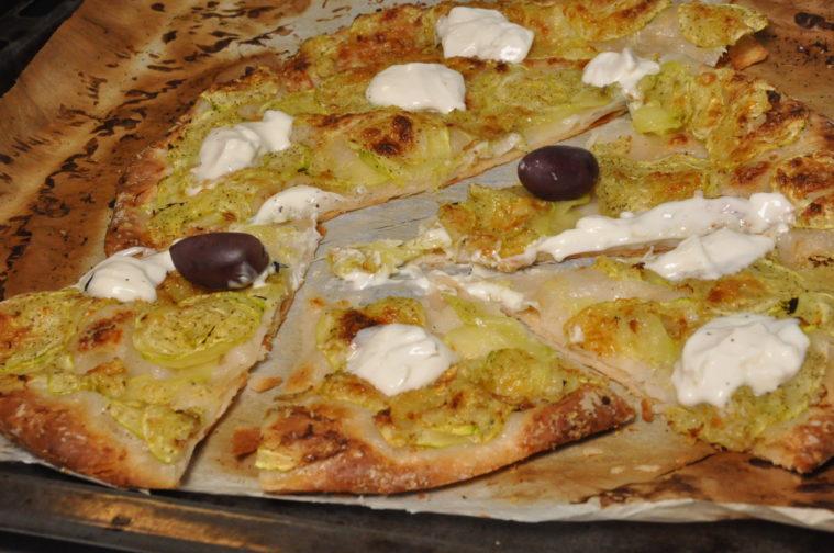 Zucchinipizza med creme fraiche och parmesan