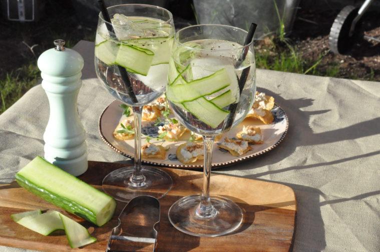 Gin och tonic med gurka och svartpeppar sommar drink cocktail