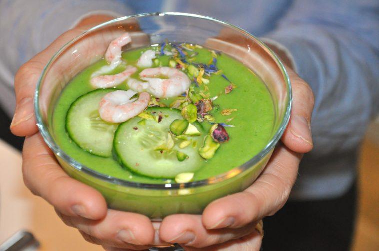 Grön gazpacho med gurka pistasch och räkor avokado