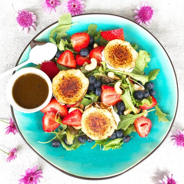 somrig sallad med chevre blåbär svenska jordgubbar cashewnötter dressing på balsamico tabasco olivolja