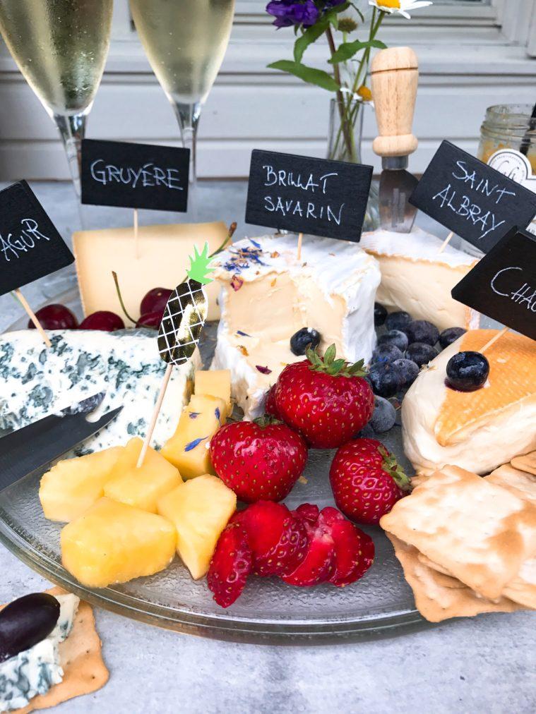 Sedan har vi ostarnas ost Brillat Savarin. Jag har hört rykten om att det är Drottning Silvias favoritost. Det må vara hur som med det, det är i alla fall min. Det är otroligt fet och så krämig att den bara smälter ner i munnen. Det finns nog inget som är mer lyx för mig än en vidunderlig ostbricka. Fick jag önska mig vad jag ville äta på min födelsedag, ja, då skulle jag utan att blinka välja ostbricka.