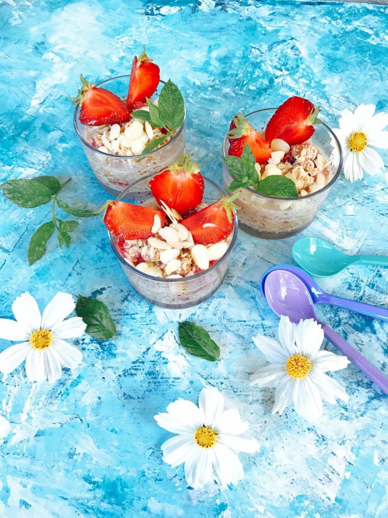 Overnight oats jordgubbar mandelsmör mandel