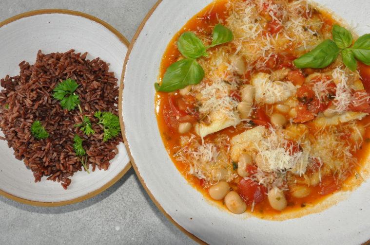Fisk i panna med en mustig tomat-, vitlök- och bönsås