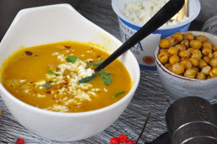 Soppa på rostade rotfrukter med smulad feta och rostade kikärtor