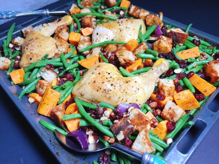 Ugnsstekta kycklingklubbor, tranbär, bönor - Allt på en ugnsplåt