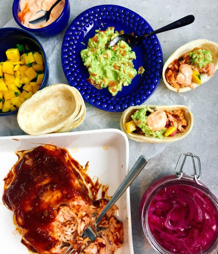 Pulled Salmon tacos med mangosalsa, guacamole och picklad lök
