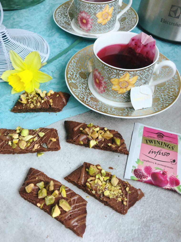 Chokladsnittar med pistage och ringlad ljus choklad - Veganska