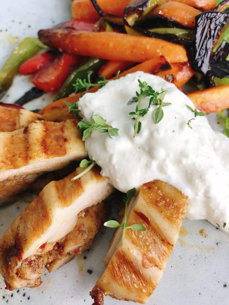 Grillade marinerade grönsaker med timjankräm och BBQ Black Garlic Chicken