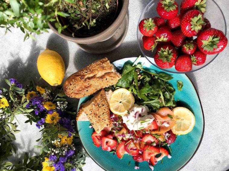 Lax, svenska jordgubbar, rödlök, godast sommarmaten