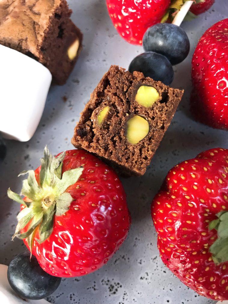 Spett med saftiga jordgubbar, minibrownies med pistaschnötter, fluffiga marshmallows och stora härliga blåbär. Söta spett