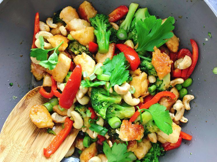 Wok med cashews kyckling broccoli soja honung ingefära