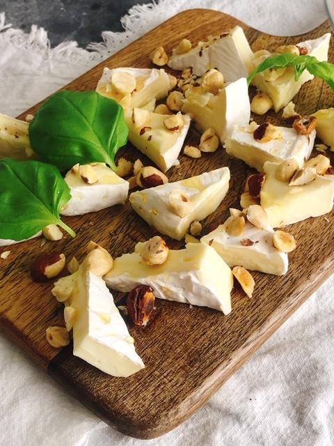 Brie med honung och rostade hasselnötter