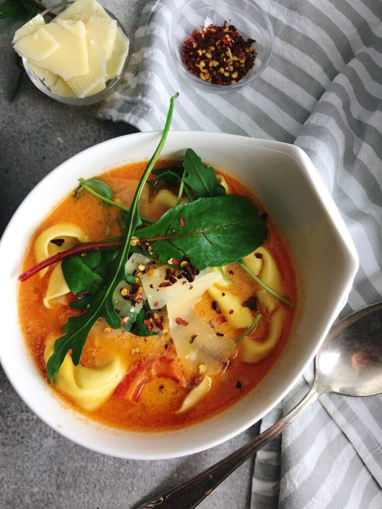 Tortellinisoppa med korv, paprika, och parmesan