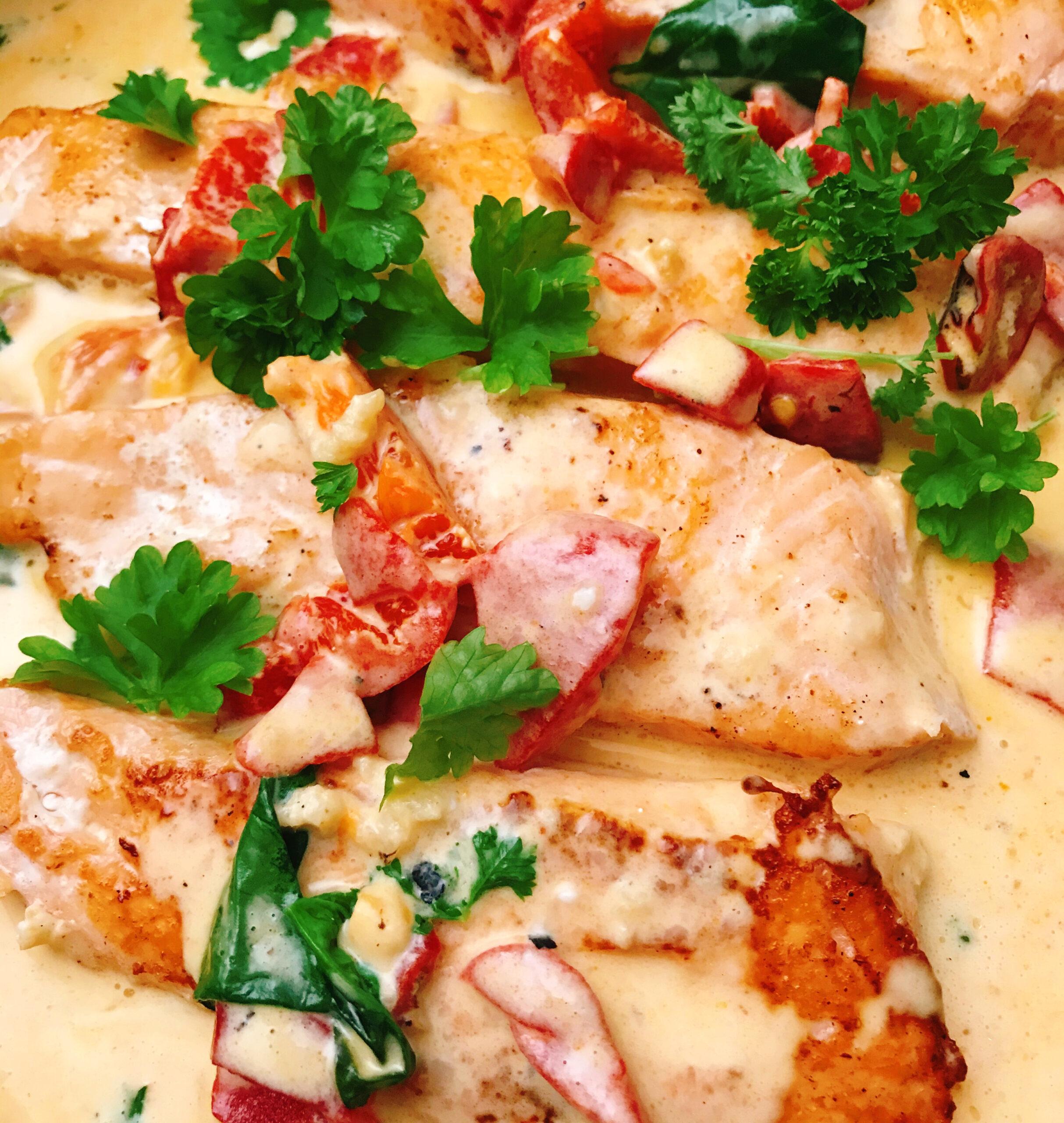 Lax i krämig sås med rostad paprika och parmesan