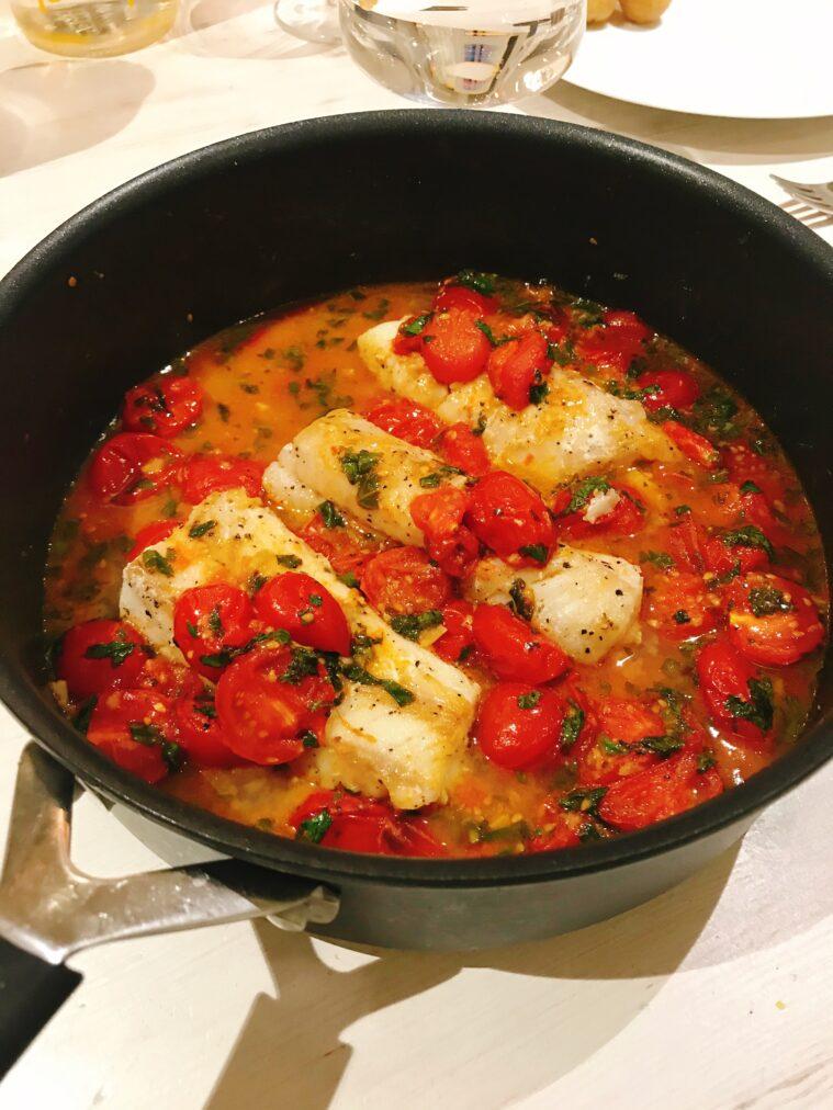 Torsk i vitvinssås med tomat och basilika