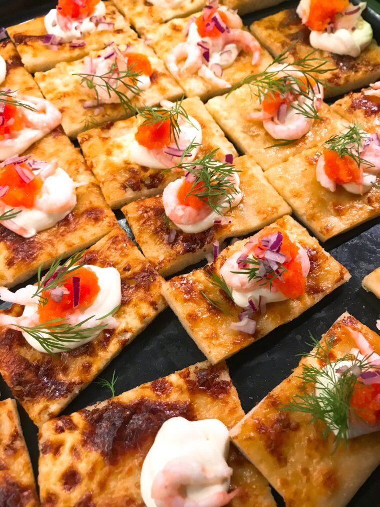 Pizza med rom, crem fraiche, rödlök, dill, räkor