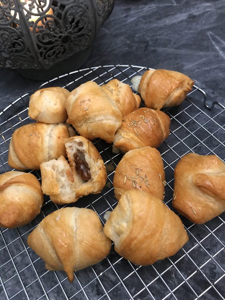 Croissantpuffar med chevre och dadlar, honung, rosmarin