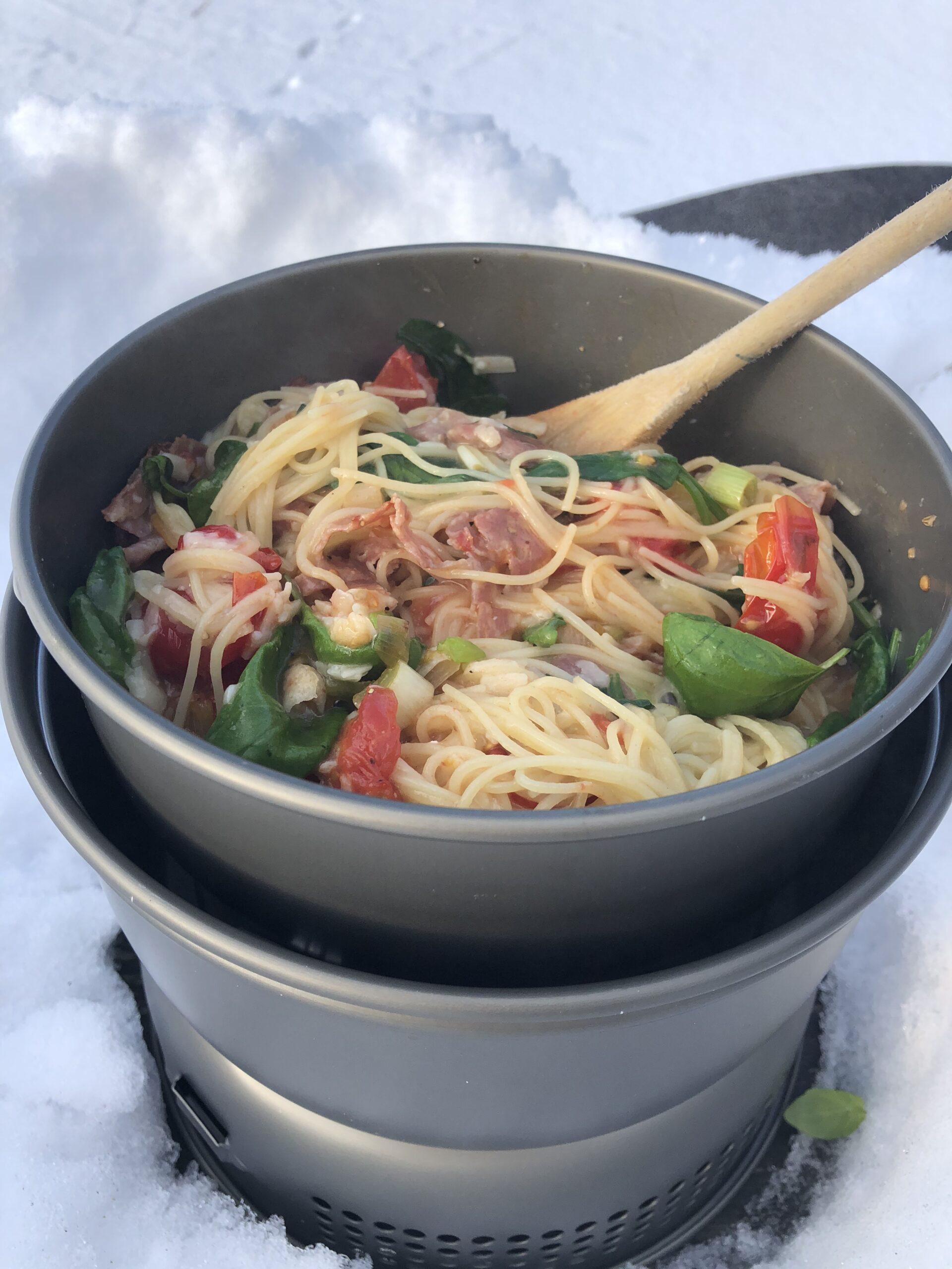 Krämig pasta på stormkök i minusgrader