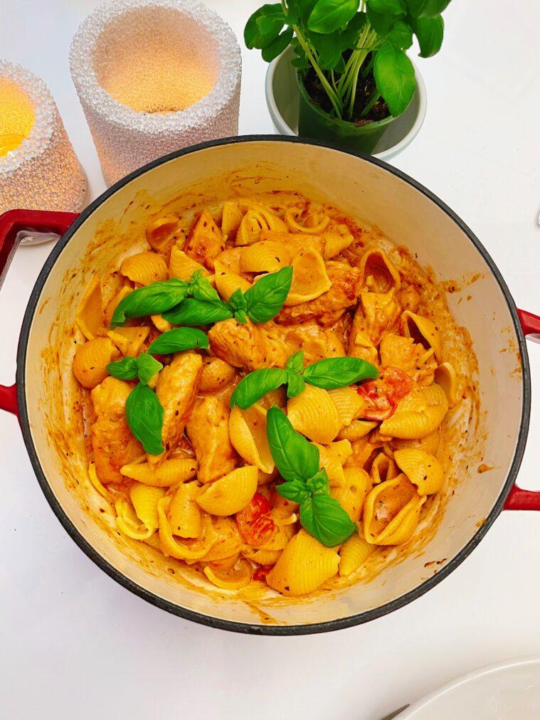Krämig Pasta med kyckling och soltorkade tomater